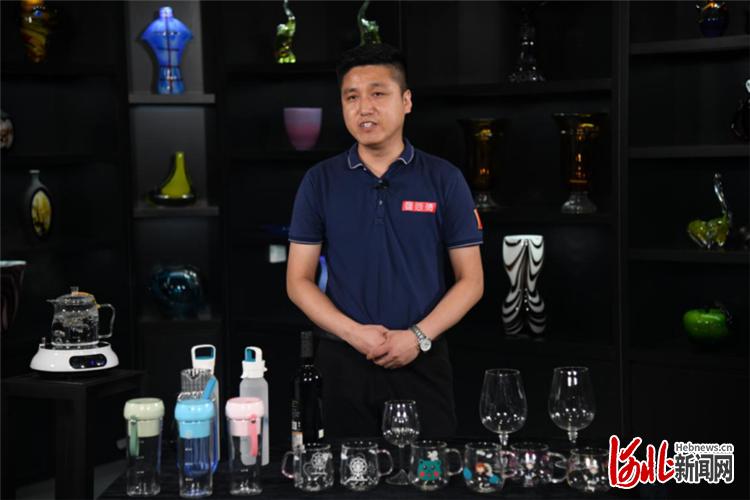 明尚德公司的代表正在介绍其公司产品。