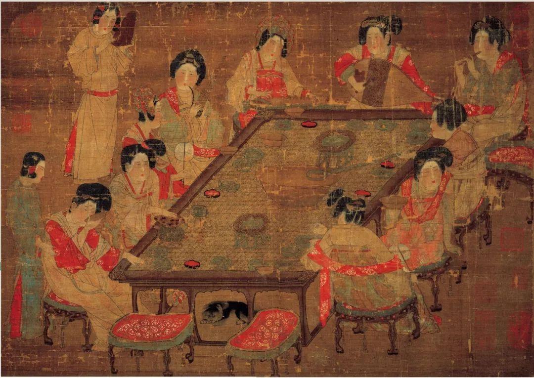 唐·佚名《唐人宫乐图》,画面描绘了一群宫中女眷围着桌案宴饮行乐的场面,共画十二位人物,其中贵妇十人,一个个高挽发髻,衣着华丽,姿态雍容,环案而坐,两个侍女则是站立长案边