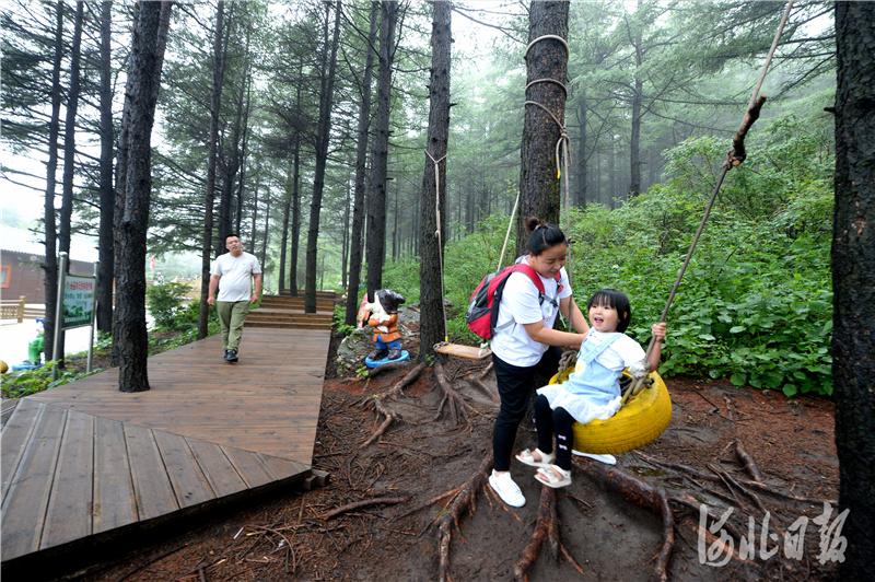 2020年7月4日,一位小朋友同父母在国家5A级旅游景区--白石山游玩。