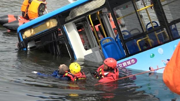 贵州安顺公交车坠湖已致21死 知情人:一名高考生在ICU