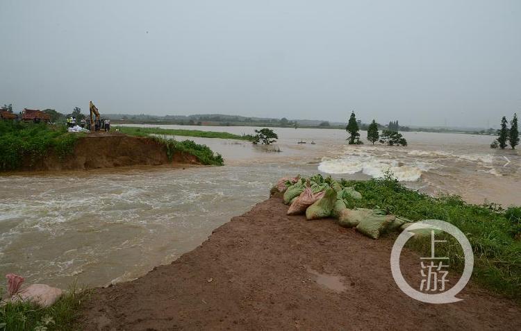 江西南昌赣江支流决堤溃口近30米宽