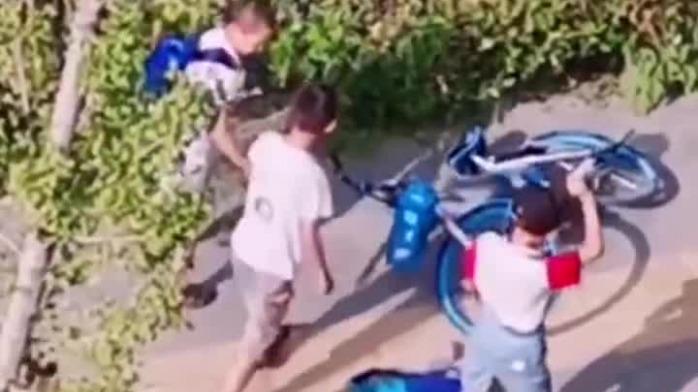 4名小学生街头狂砸共享单车 网友:教育的缺失
