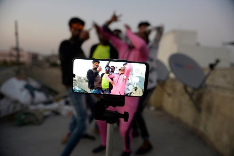 △2月,印度海得拉巴,当地人在使用TikTok录制短视频 来源:《纽约时报》