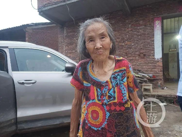 张玉环的八旬老母张炳连。/记者 肖鹏