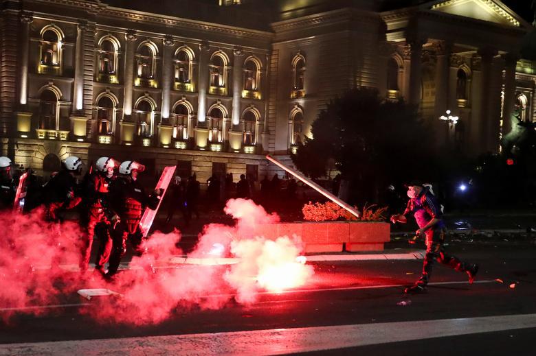 【moon国产亚洲香蕉精彩视频】_烧警车、闯议会,塞尔维亚宵禁引发十年最大规模抗议