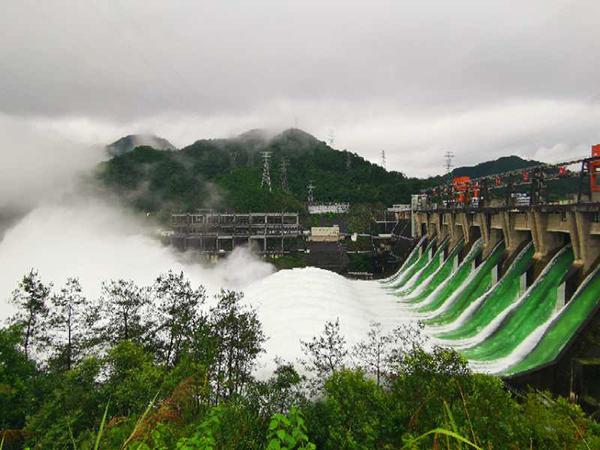 【比特尔】_浙江新安江水库61年来首次9孔全开泄洪 半小时流量与西湖相当