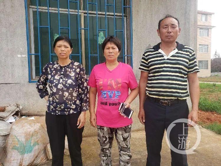 7月7日,江西南昌,张健飞、刘荷花夫妇以及舒爱兰(从右往左),对于失去儿子,两家人多年后仍彻骨心疼。/记者 肖鹏