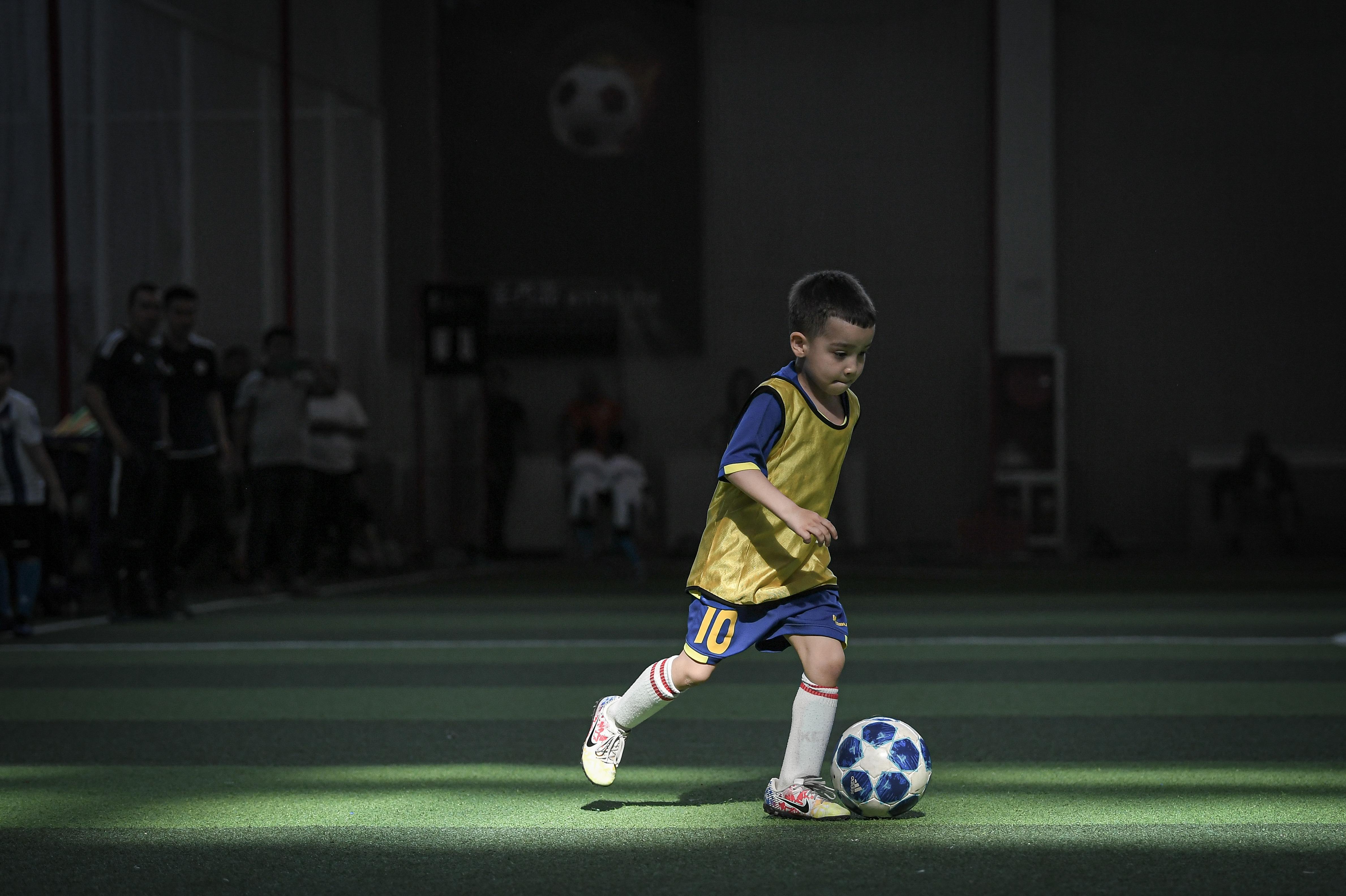 《他不是神童》,一个爆红足球少年的故事