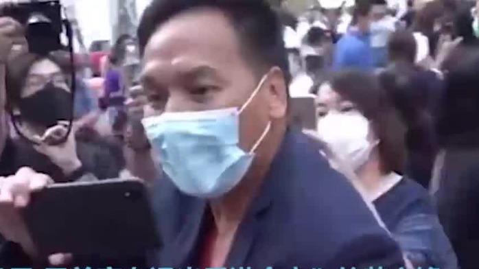大快人心!香港市民以一敌众 现场怒斥黄之锋