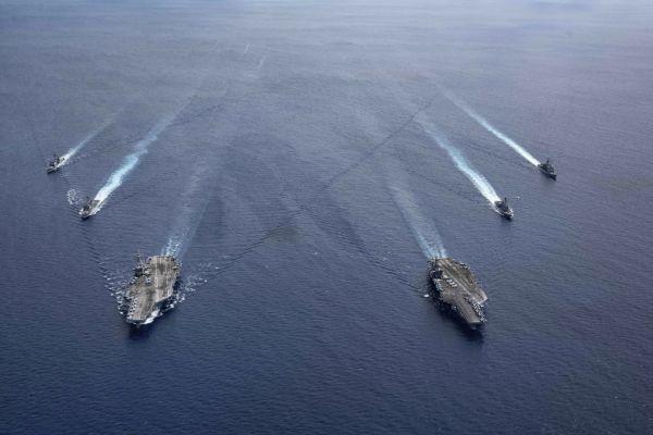 """资料图片:7月初,美海军""""里根""""号和""""尼米兹""""号组成双航母编队巡航。(美海军官网)"""