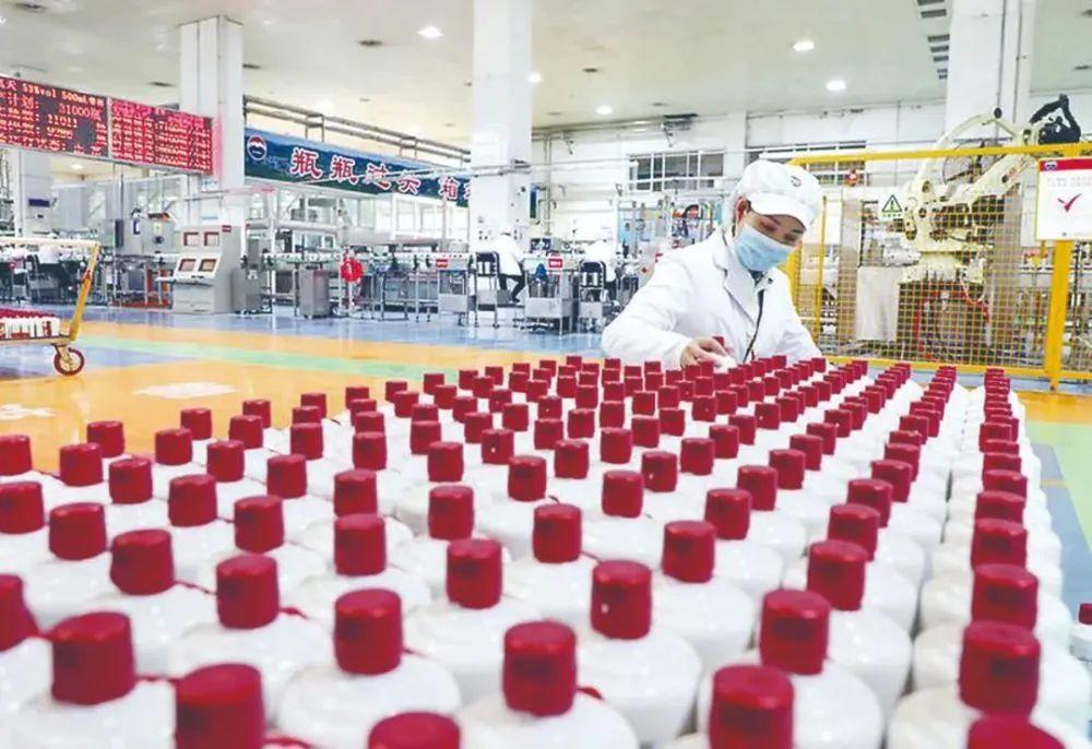 工人在茅台酒包装车间工作。图源:中国纪检监察报