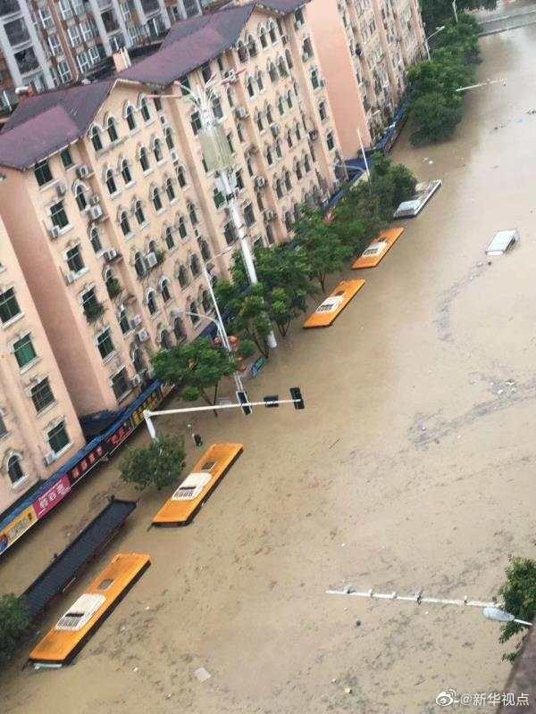 湖北恩施市城区清江漫堤大面积被淹 当地正紧急组织转移群众