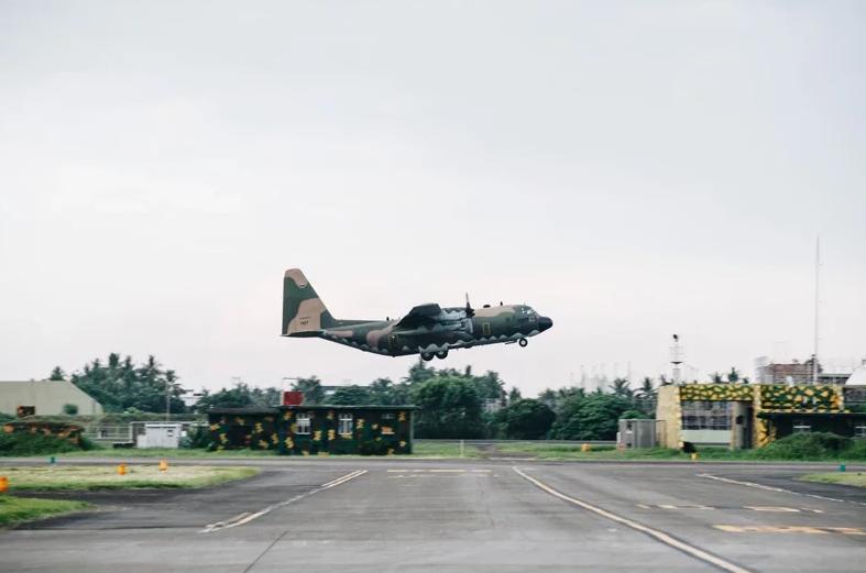 臺軍C-130起飛,該機機徽等標誌被塗抹 圖自臺軍媒