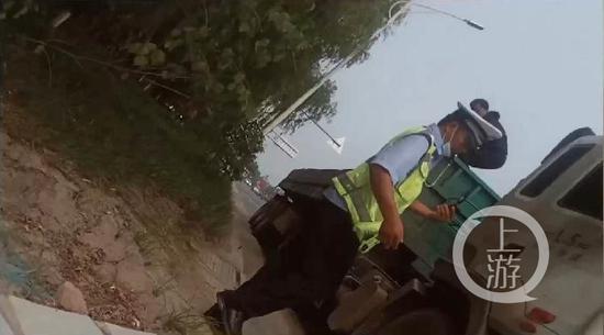 """【用户体验】_河南交警被指""""拍戏式执法"""":喊司机爬货箱拍照开罚单"""