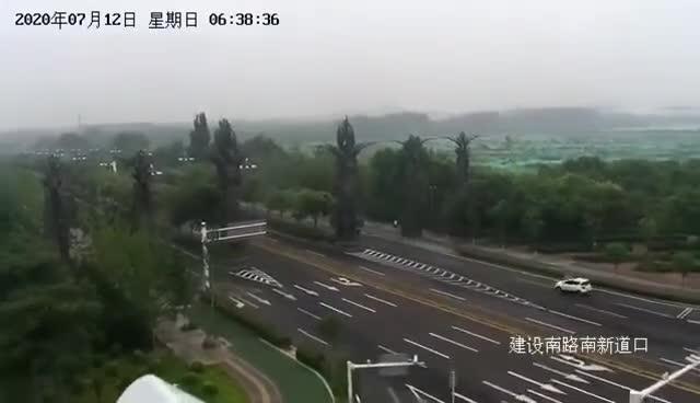 唐山5.1级地震 路口监控拍下近20秒强烈晃动画面
