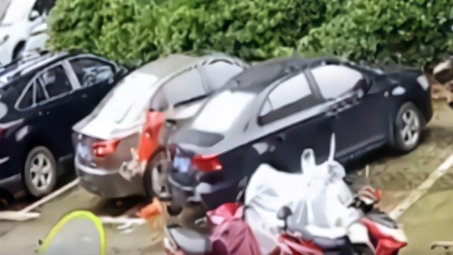 女子从19楼狂扔煤气罐洗衣机 汽车引擎盖被砸扁