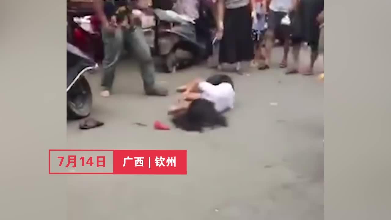 民众围观丈夫当街暴打妻子 一记抱摔引发惊呼