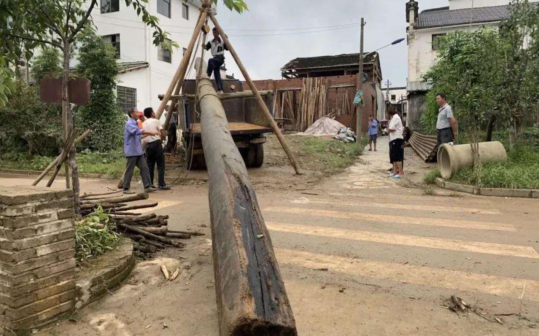 【快猫网址研究中心】_婺源800多年彩虹桥部分桥面被洪水冲毁,目前已找到两根大梁