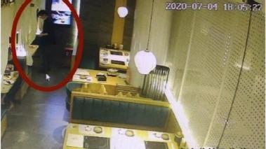 女孩餐厅吃饭遭男伴暗中下药,店员发现后换走水杯并告知女孩