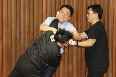 吴秉睿(黑夹克)与鲁明哲(浅蓝衬衫)等人爆发肢体冲突(图片来源:台湾《联合报》)