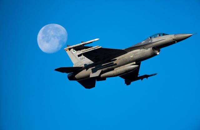 又摔了!美国空军一架F-16C战机坠毁