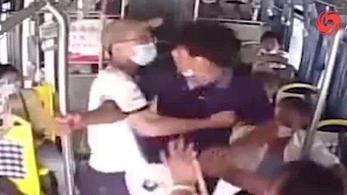 公交司机被人锁喉 18岁高考生瞬间挺身而出