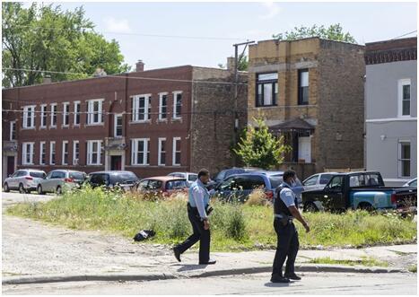 12日,芝加哥警方在当地一枪击现场调查 图源:《芝加哥论坛报》