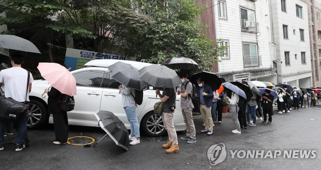 韩国媒体等待参加记者会,图片来源:韩联社