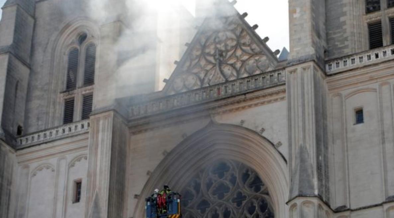 深圳陪游_法国南特市一大教堂突发大火,起火原因不明