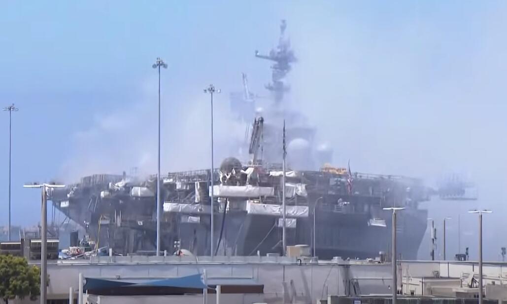 美军起火两栖舰已倾斜 退役舰长:无法修复可能要沉