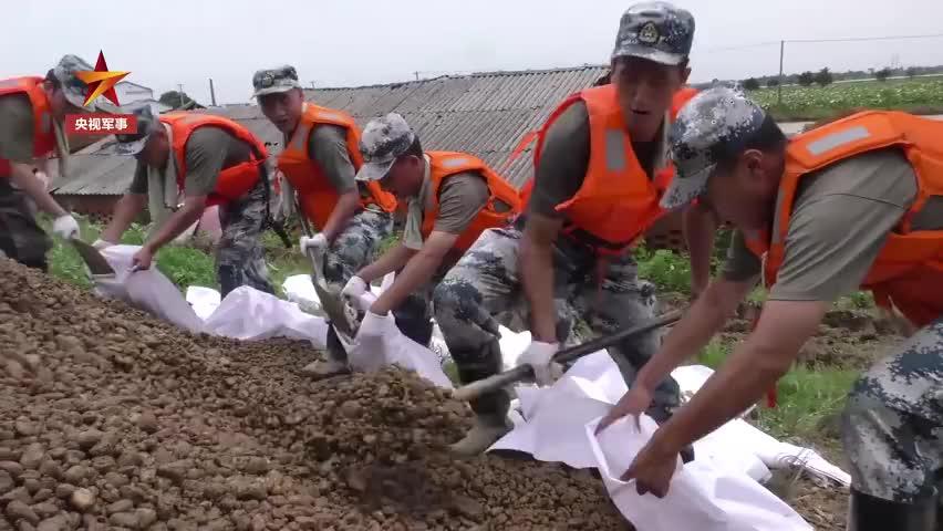 南昌赣江大堤发生管涌,15名党员率先跳入水中封堵