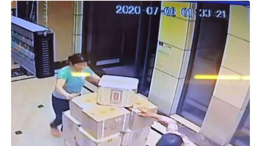 【彩乐园3】_家里存放1000多箱白酒,重达3吨!网友:这是想干啥?