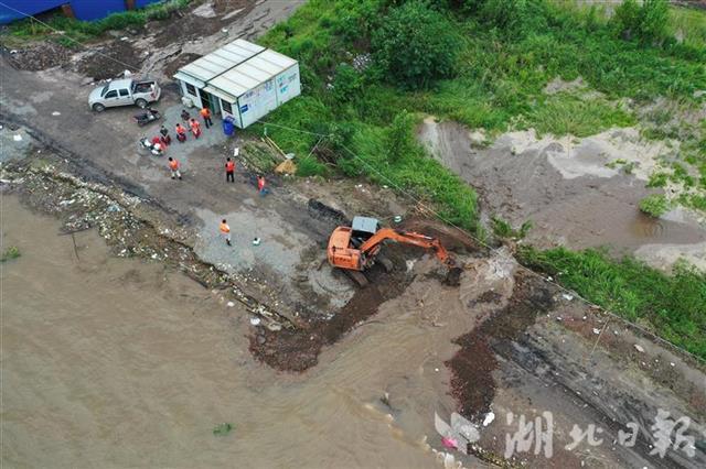 湖北黄梅县滨江圩长江堤防被挖开 万亩土地被淹