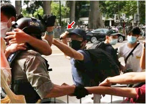 """黄姓男子用利器插伤警员。图源:香港""""东网"""""""