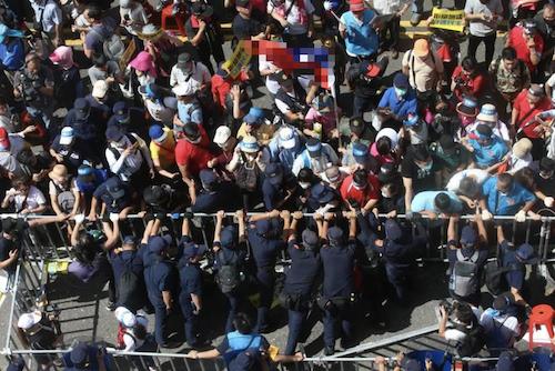 """近千台民众冲击台""""立法院"""" 与警方冲突现场曝光"""
