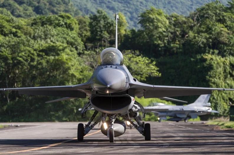 台军F-16V战机紧急起飞 图自台媒