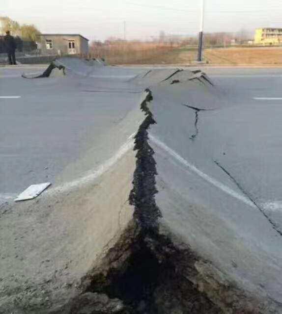 【迪士尼彩乐邀请码】_唐山5.1级地震后路面出现裂缝?真相是...