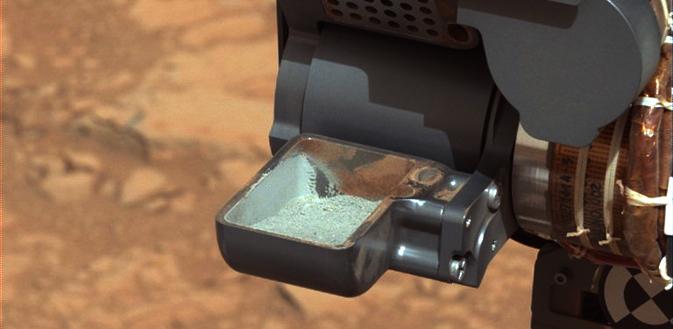 """△""""好奇""""号火星探测车完成钻取火星岩石样本,图自美国航天局"""