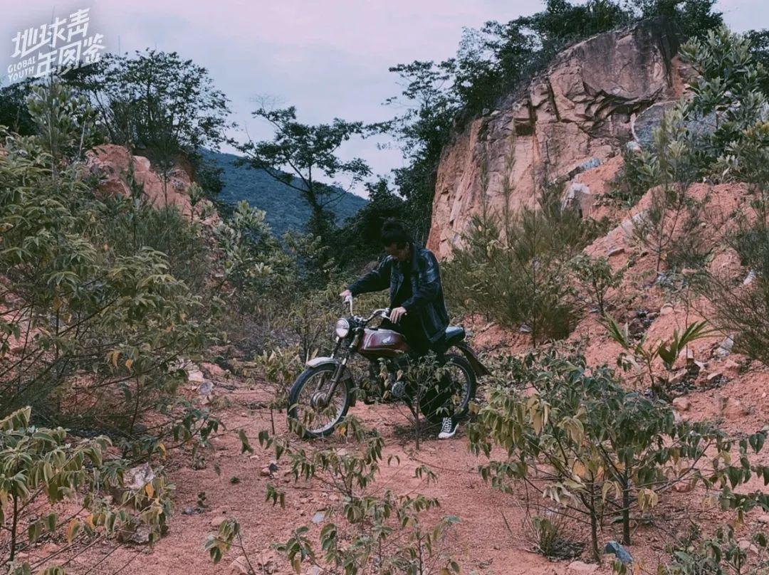 △ 东子在岛上骑行