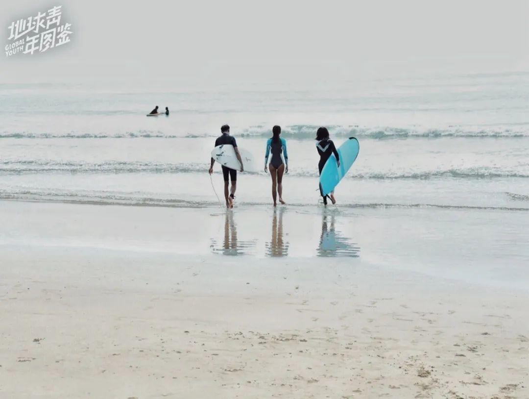 △ 佘宅宅与朋友一起冲浪