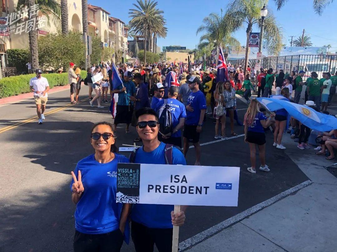 △ 去年11月,佘宅宅和男友作为实习裁判去参加了美国加州ISA世界青少年冲浪锦标赛的比赛。