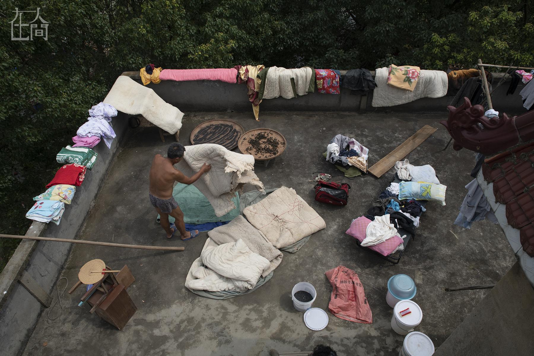 在人间 | 留守在洪水中的村民:防洪、防病、防小偷