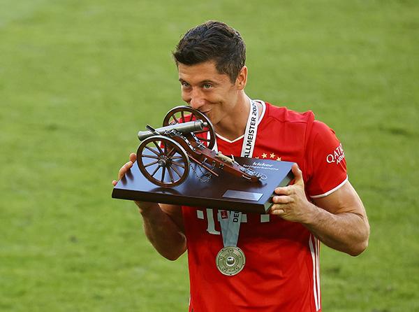 拜仁慕尼黑成就八连冠,莱万多夫斯基荣膺最佳射手。人民视觉 图