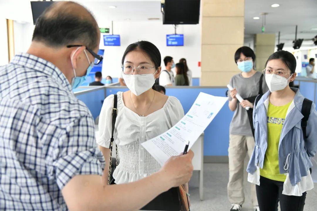 5月28日,山东济南人才市场恢复现场招聘活动,并举办现场招聘会,供求双方免费参加