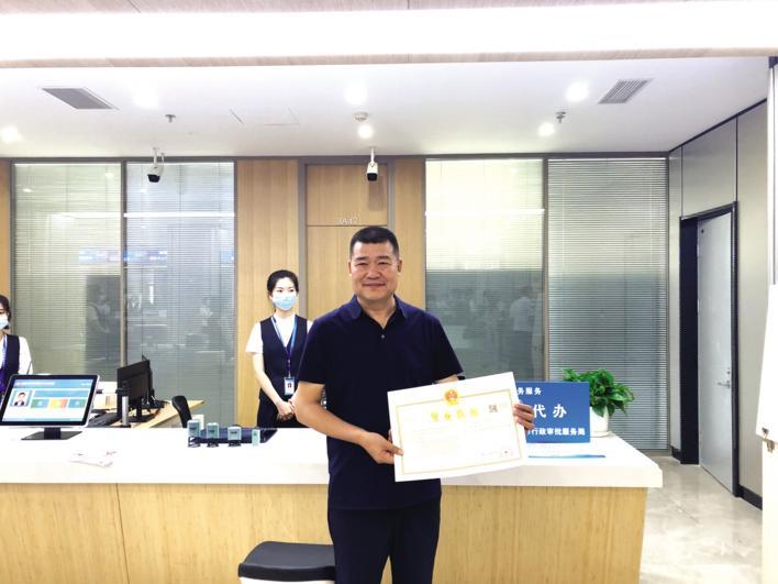 吕世滨领到省内首张跨区域营业执照。