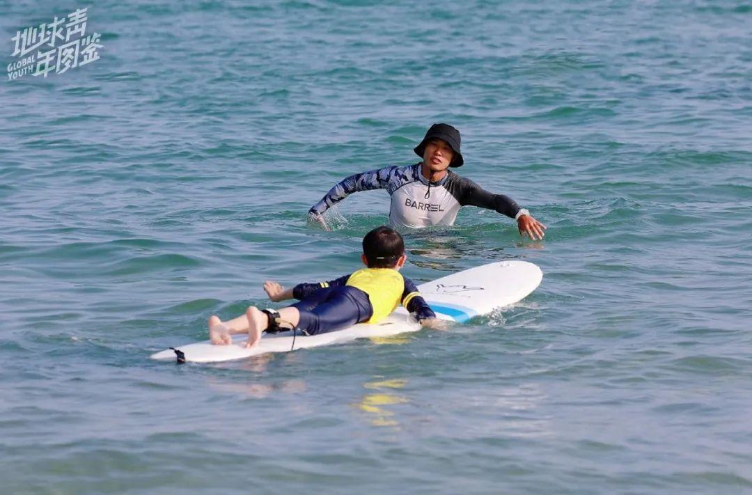 △ Mara在教小朋友冲浪