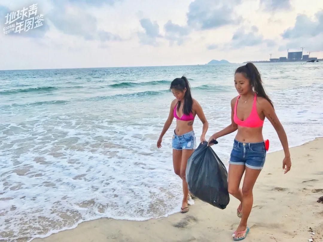 △ 有时会有生活垃圾从东南亚海域漂日月湾,佘宅宅和其他冲浪爱好者们一起捡垃圾。