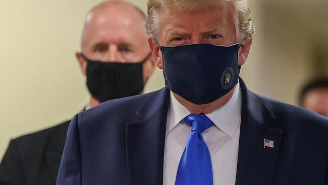 """特朗普晒戴口罩照:声称努力战胜""""中国病毒"""" 没人比我更爱国"""