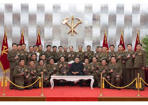 """【竞价点击软件】_金正恩授予朝鲜人民军高级指挥人员""""白头山""""纪念手枪"""