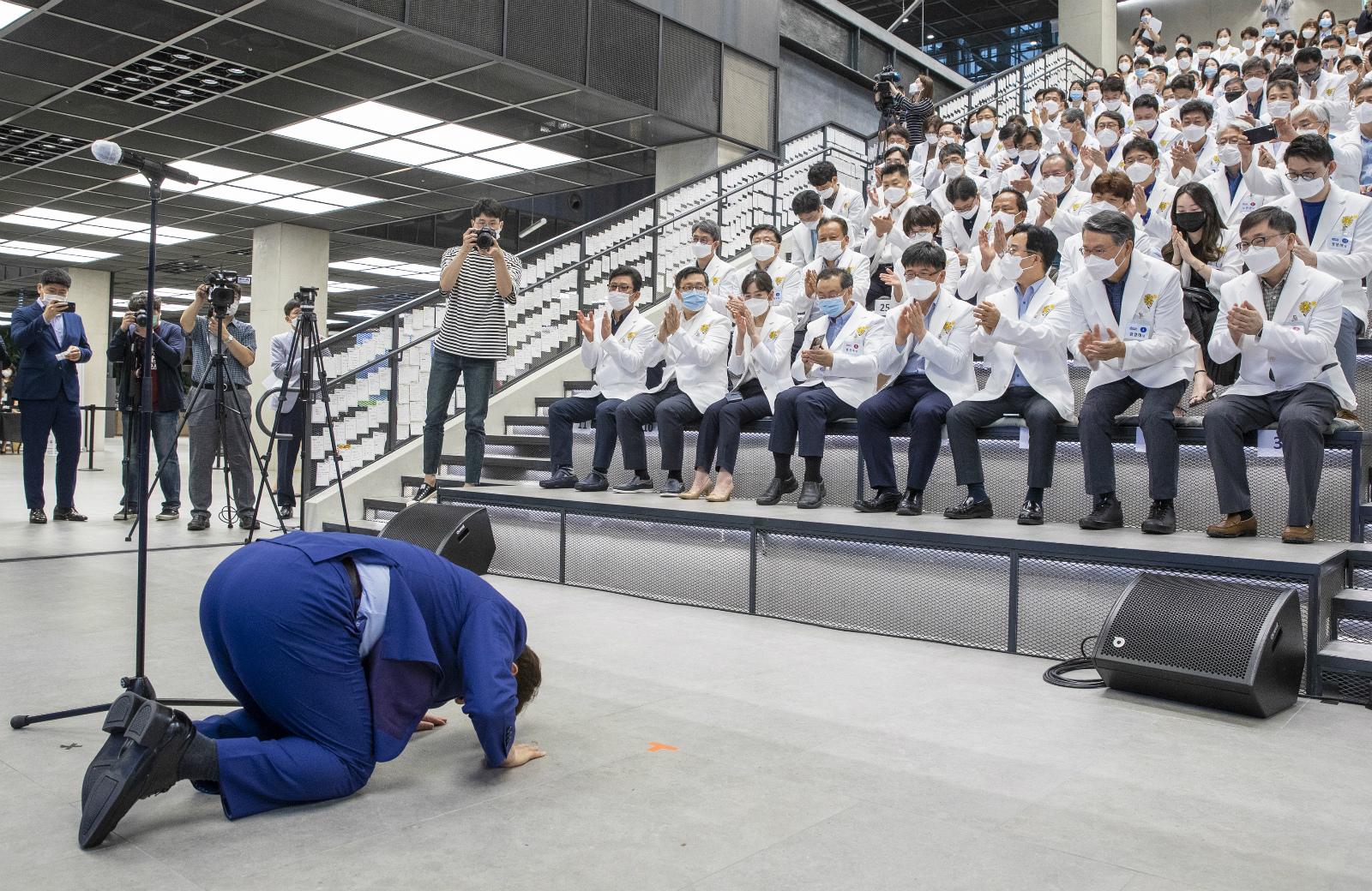 """【亚洲天堂观察】_""""多亏你们!""""韩国大邱市长当众下跪 磕头感谢医护人员"""